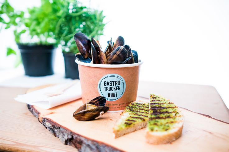 Blue mussels with bread