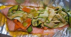 Mettete le verdure sui filetti di trota