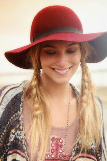 カジュアルな服装にエレガントな帽子。 それに合わせて、かわいい三つ編みを混ぜたふたつ縛りのスタイル。 優しい雰囲気になりますね。