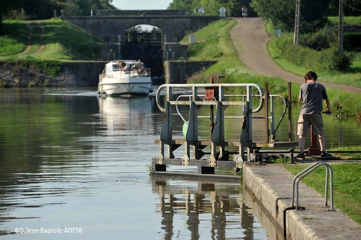 Eclusier sur le Canal du Nivernais voyant en approche un bateau de plaisanciers!