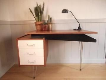 Mooi bureau-desk van cees braakman voor pastoe. Uitgevoerd in teakfineer, zwart gelakt hout en drie ivoor witte gelakte houten laden. Leuke details die horen bij de 50-er jaren! De mat-chromen