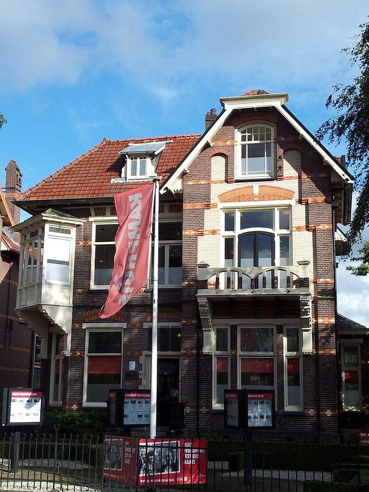 Inleiding Groot vrijstaand HERENHUIS in Art Nouveaustijl, gebouwd in ca. 1905 in opdracht van F. ter Braak naar een ontwerp van de architect G.B. Broekema (Kampen), die ook de naastgelegen panden (Ootmarsumsestraat 87 en 85) ontwierp. Het interieur dat in verband met de kantoorfunctie is gemoderniseerd, bevat nog enkele gave interieuronderdelen in Art Nouveaustijl. Het pand staat met de voorgevel (W) aan de Ootmarsumsestraat. Een smeedijzeren hek in Art Nouveaustijl vormt de erfscheiding…