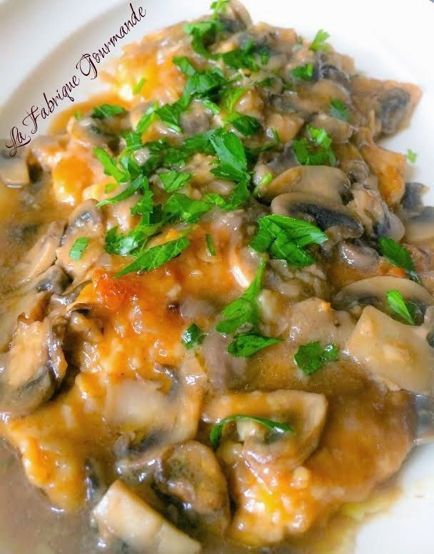 D'origine italienne, cette recette très goûteuse met en scène des escalopes de poulettrès finespanéesparfumées au marsala et champi...