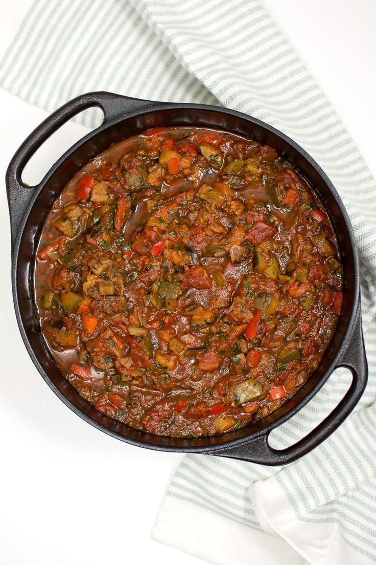 Laga en stor laddning ratatouille och frys in till framtida middagar. Här ger jag mitt bästa recept på ratatouille och tips på vad du kan laga av den.