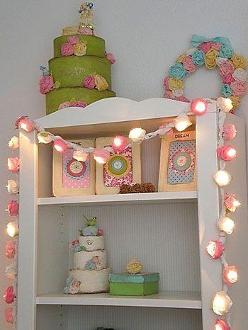 Lace of rolled fabric flowers around night lights for the girl room   Cordão de flores de tecido enroladas em torno de lamparinas para o quarto de menina