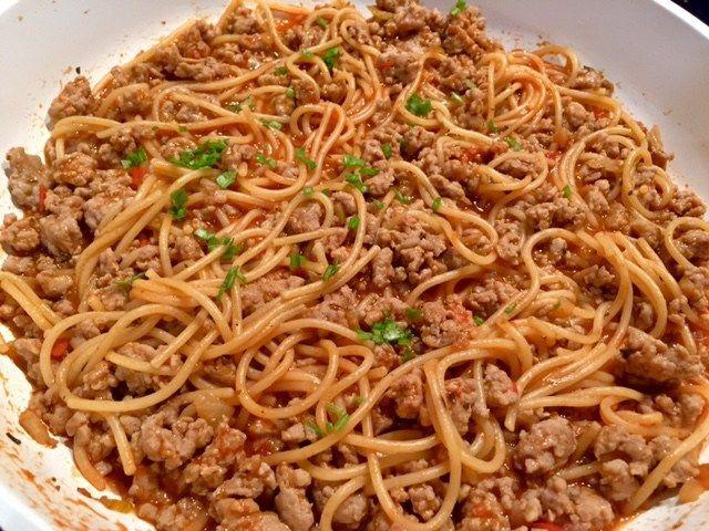 Jednogarnkowe spaghetti Bardzo szybkie i łatwe w przygotowaniu danie, które przygotujemy na jednej patelni. Jednogarnkowe spaghetti to świetny pomysł na obiad dla zabieganych, ponieważ zrobimy je w około 30 minut 😉 Polecam! Składniki: 350 g mięsa mielonego wieprzowego 250 g makaronu spaghetti 1 cebula 2 ząbki czosnku 1/2 szklanki przecieru pomidorowego 1 pomidor 1,5 szklanki …