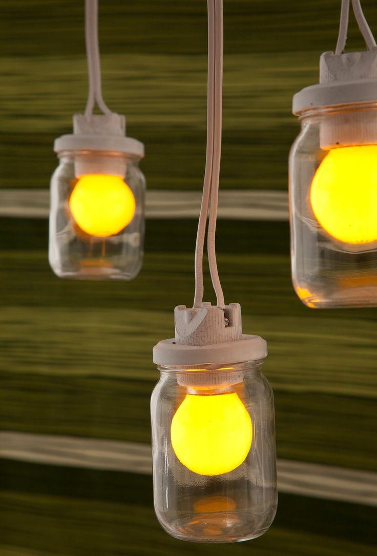 Para criar esta luminária, basta furar a tampa e adaptar um soquete – fixe a lâmpada nele e feche o vidro.: