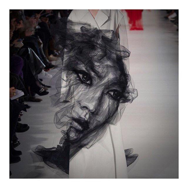 Джон Гальяно определенно в хорошей форме, раз собрал самые продолжительные аплодисменты на этой Неделе моды. • Красота в деталях: разбираем образы с показа Maison Margiela Couture. Подробнее, по активной ссылке в профиле.