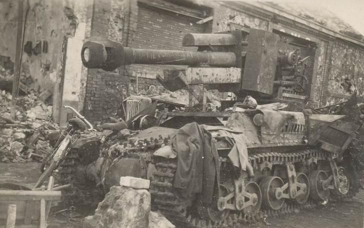10.5cm leFH-18/40 auf GW Lorraine Schlepper(f) knocked out in Rouen - August 1944 [980x615]