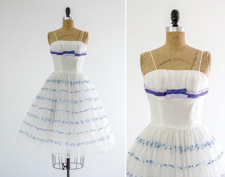 Vintage jaren 1950 witte chiffon partij jurk. Uitgerust bovenlijfje met verzamelde plank buste en twee toned satijnen strikken. Volledige rok met