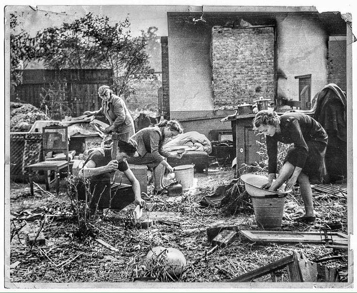 """Julianowska na Bródnie i rodzina sfotografowana we wrześniu 1939 r., przez Juliena Bryana, amerykańskiego korespondenta, fotografa, operatora  i reżysera, nominowanego do Oskara w 1941 r. za krótkometrażowy film dokumentalny """"Oblężenie"""", nakręcony w Warszawie 1939 r."""