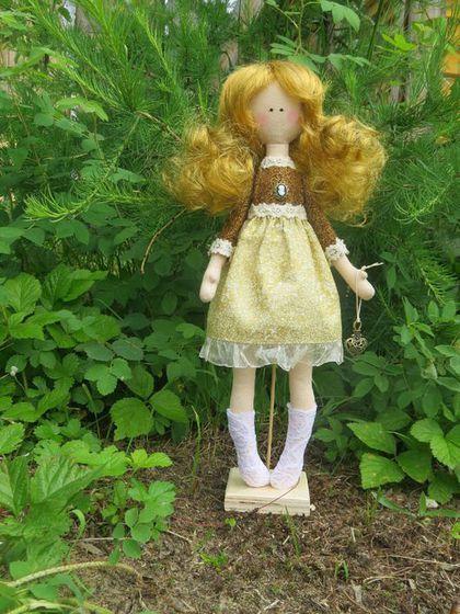 Купить или заказать Интерьерная куколка Злата в интернет-магазине на Ярмарке Мастеров. Девочка с золотыми волосами- Златовласка ищет свою хозяйку. Стоит при помощи подставки. Ручки шевелятся.