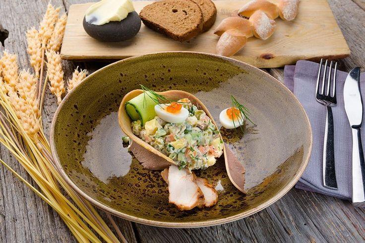 Оливье с печеным картофелем, курицей и говяжьим языком