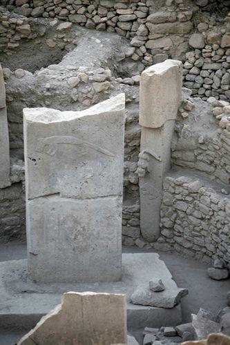 Храмовый комплекс Гёбекли-Тепе:  Древнейшим является слой III, относящийся к культуре PPNA. В нём найдены монолитные колонны до 3 м в высоту, соединенные стенами из необраб.камня в округлую в плане постройку.  Полы из обожженного известняка с низкими каменными скамьями вдоль стен.  Кроме того, в храме устанавливали скульптуры кабанов и лис.  Всего вскрыто четыре таких сооружения диаметром от 10 до 30 м.  По данным геофизических исследований, в недрах холма скрыто еще 16 таких сооружений.