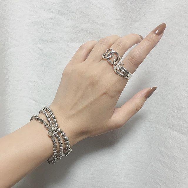 ☀️🌈 . . Good morning ( ¨̮ )✩ また1週間頑張りましょう 🐻🎶 . .  人差し指の指輪 一目惚れ🙈💓 フィリップとも相性良し 🙆 . . #newin #silver #ring #instapic #cute #instafashion #jwellery #instajwellery #favorite #fashionable #fashion #selfnail #autumn #brown #手元 #手元くら部 #お洒落さんと繋がりたい #philippeaudibert #セルフネイル
