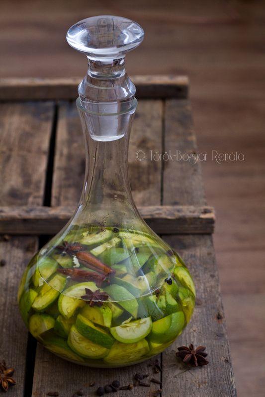 zölddió likőr -20-25 szem zöld dió 500 g cukor 7 dl tiszta alkohol (vagy más egyéb) 4-5 cm-es fahéj 1 vaníliarúd 3 szem szegfűbors 3-5 szem szegfűszeg 1 csillagánizs 1 citrom héja