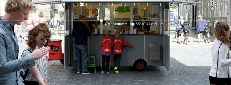 53/19 Lars Larson und Peter Petersen brauchen ein Hot dog  https://readymag.com/freiland/ortsbestimmung/5/  Photo: Schreyer David Bildkunst Text: Julia Warner and Bellycapelli Scharl Plattform: Readymag — hier: Kopenhagen.