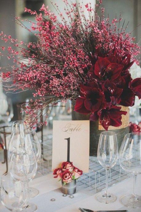 Le bordeaux pour un mariage automnal est également en tête de liste des couleurs à adopter pour un mariage sur la saison de l'automne. Les petites teintes rosées seront parfaitement romantiques pour un mariage et des fleurs feuillues et sauvages donneront un aspect plus champêtre à votre décoration de table.