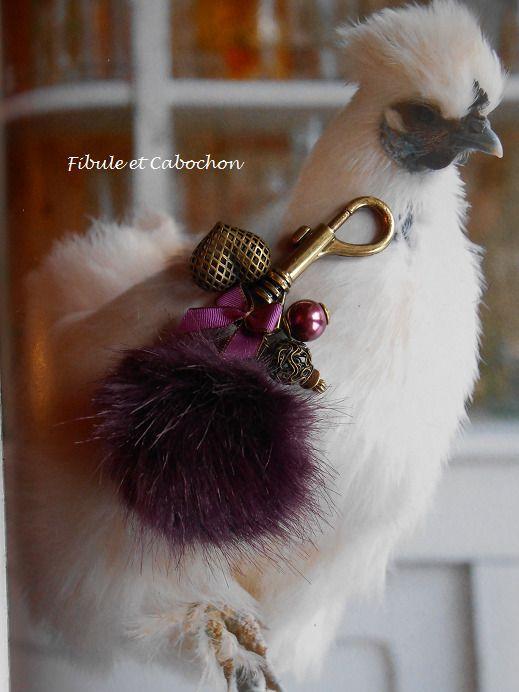 """Bijou de sac ou porte clefs fantaisie """"Gros pompon fourrure"""" - Coeur - Perles - Noeud - Aubergine et bronze : Altri bijoux di fibule-et-cabochon"""