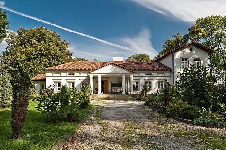 Najsłynniejszy dwór w naszym kraju to z pewnością Dom Urodzenia Fryderyka Chopina w Żelazowej Woli. Przykładów szlacheckich, wiejskich domów mieszkalnych jest w Polsce jednak dużo więcej. Przedstawiamy dziś 10 interesujących tego typu obiektów, o których często słyszeli tylko nieliczni.