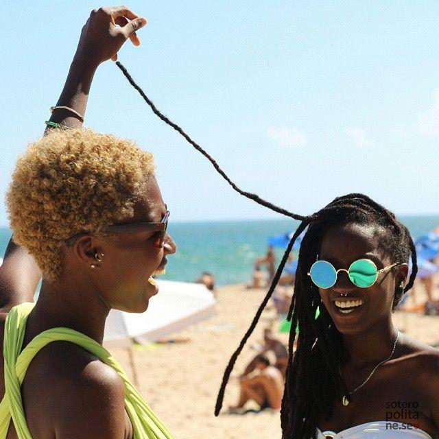 Loo (@loo_ana) e Luma Nascimento (@lumamora) para as lentes do soteropolitane-se em pleno verão baiano. <3