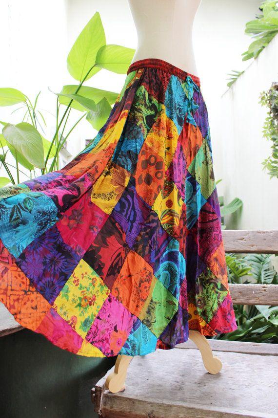 Diese wunderschöne Boho Flickwerk Figur gemacht floral bedruckte weiche Baumwolle Patchwork. Mit elastischem Bund und Kordelzug könnte dieses Stück entweder getragen werden, wie eine sexy Strapless Kleid oder als schöne Boho lange Rock herunterziehen. Thai-Baumwoll-Gewebe ist sehr weich und angenehm zu tragen und leicht zu kümmern, nicht Eisen muss. Einfach drehen Sie um Windung und halten Sie es in Ihrem Kleiderschrank zu machen.  Die tatsächliche Farbe von diesem Titel ist ein wenig…