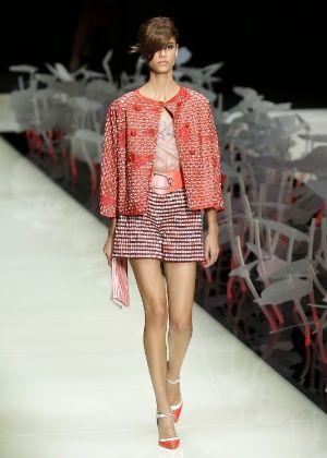 Giorgio Armani encerra a Semana de Moda de Milão investindo no vermelho