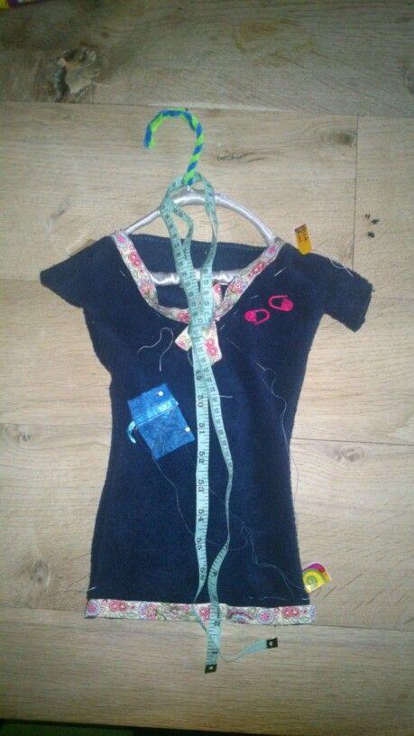 Jurkje aan een hangertje, voor iemand die graag met naald en draad werkt. Met een rijgsteek maak je de jurk dicht zodat je het cadeautje erin kunt verstoppen.