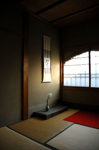 Love this simple tokonoma w/ natural lighting. Rustic wooden base for displays