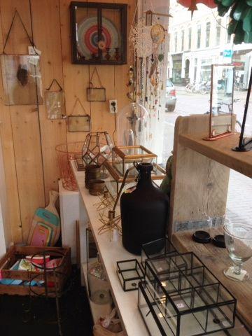 Impressie winkel mei 2015 met oa.. koperen kandelaars en sieradendozen en wand en fotolijsten van nkuku en Madame Stoltz