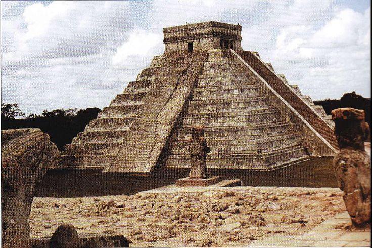 De Azteken De Azteken waren een machtig indianenvolk die vanaf begin veertiende eeuw tot de komst van de Spanjaarden grote delen van Mexico en andere landen in Midden-Amerika overheersten. Hun invloed is nog steeds duidelijk terug te zien in het Mexico van nu.