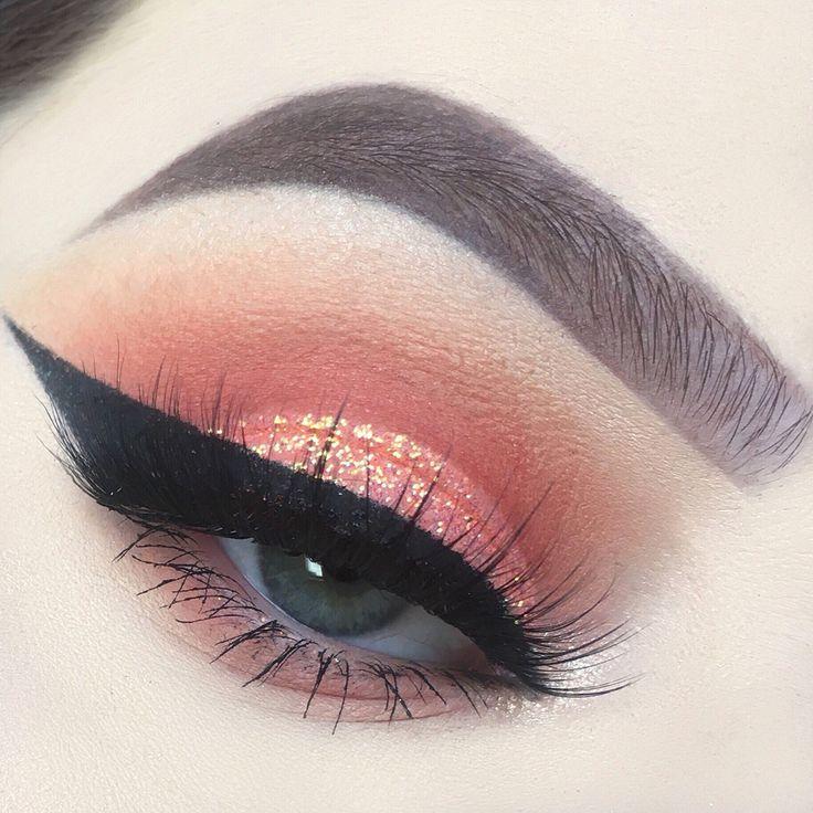 Coral shimmery eye makeup inspiration and heavy cat eyeliner | Inspiração de maquiagem coral cintilante e delineado gatinho super marcado