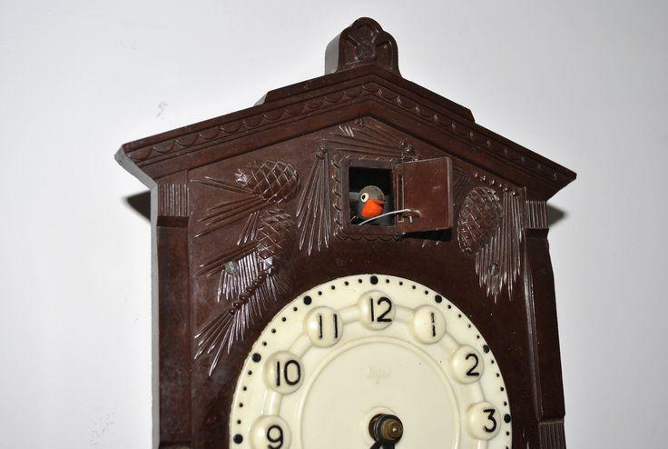 Idee: Ceasul cu cuc intr-un decor de perete modern