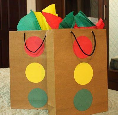 cars theme sugestao para fazer sacolas com sinais de transito colocar na sacola lapis, pintura etc r fazer book com printables do site disney ou imprimir figuras do mcmissil etc online e montar livrinho