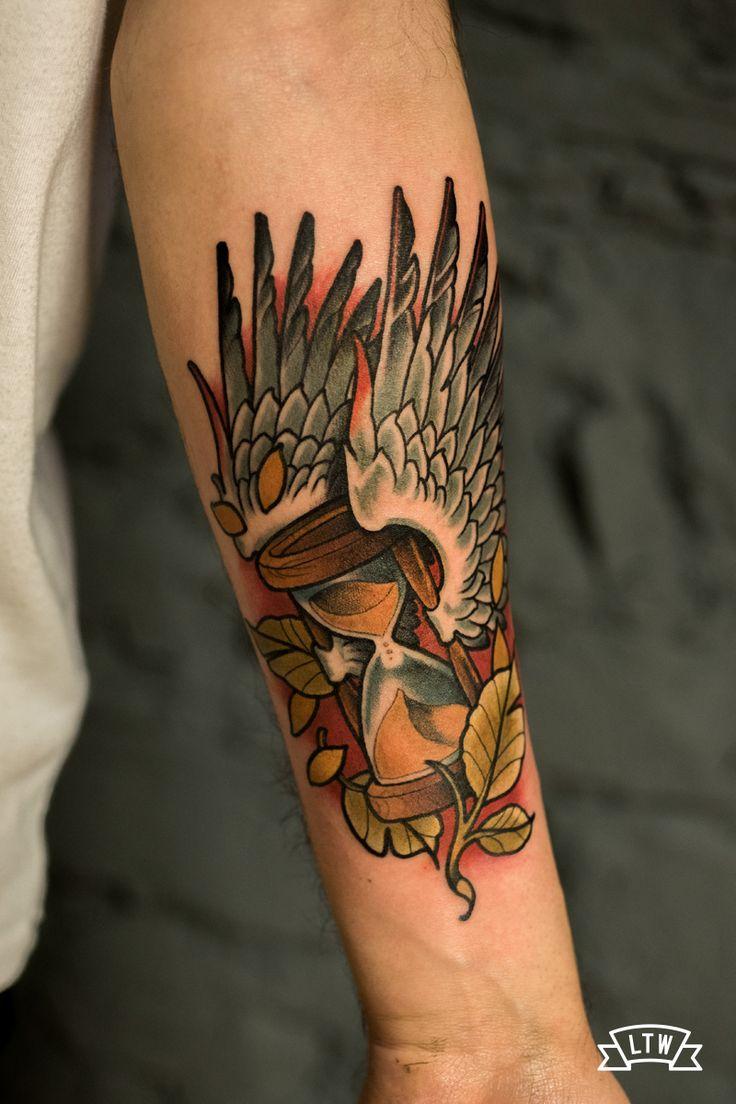Reloj de arena alado tatuado por Rafa Serrano