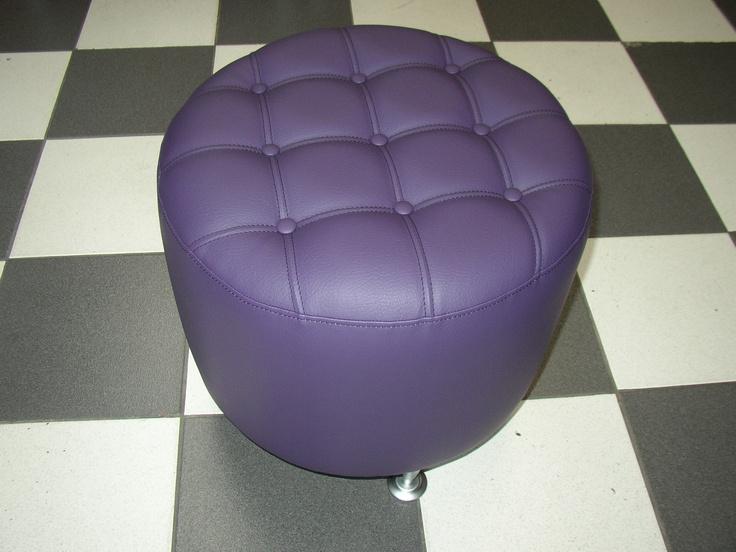 PUFF CIRCUM CAPITONE   Medidas generales diametro 50 cm - altura 45 cm, estructura en madera, tela vinílica prnn violeta claro, tapizado capitonè con doble costura, botones y vena. Patas metàlicas de 10 cm (opcional).