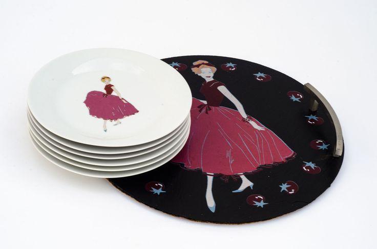 """#platos de #postre y #bandeja de  #pizarra natural serigrafiada con motivo de """"señoritas"""". Un diseño exclusivo de #Abetheape para #platosypizarras. Lo podrás encontrar en nuestra web: www.platosypizarras.com"""