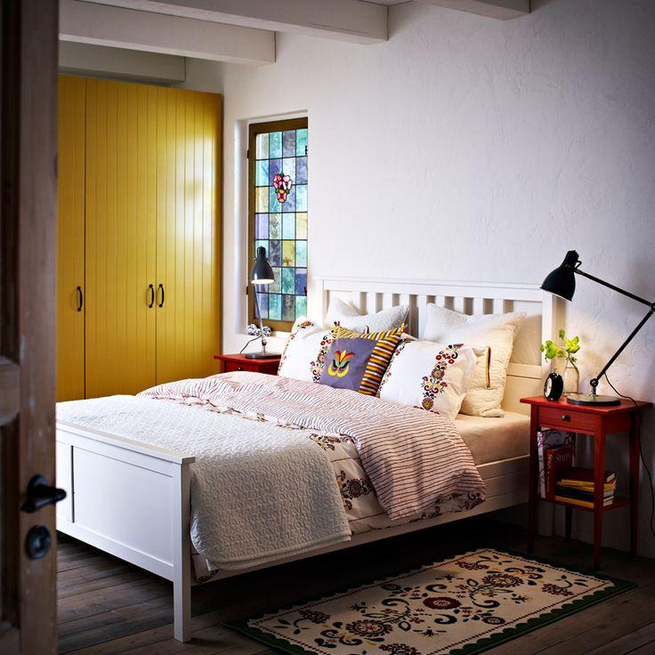 IKEA soverom: HEMNES hvitbeiset seng med rødt nattbord og ÅKERKULLA dynetrekk og putevar med blomstermønster