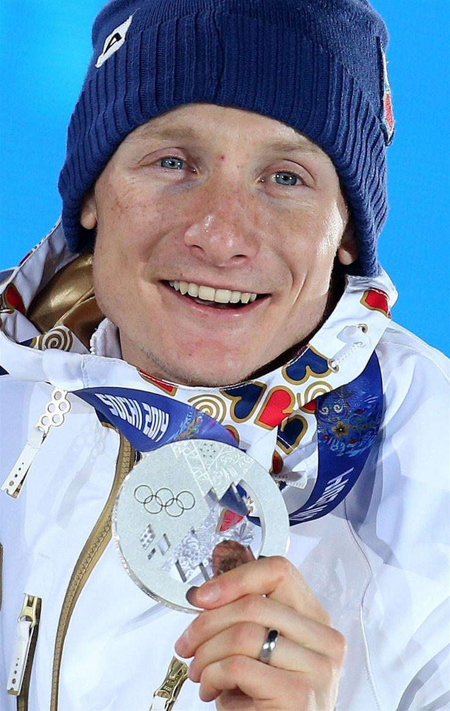 RADOST NA STUPNÍCH. Stříbrný český biatlonista Ondřej Moravec se raduje na stupních vítězů během slavnostního vyhlášení medailistů ze stíhac...