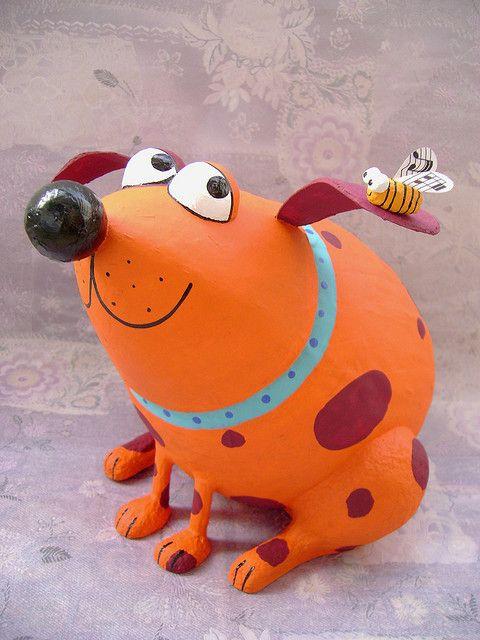 perro con abeja en papel maché