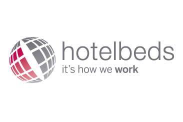 Fundada en 2001, entró a formar parte de la cartera de la multinacional TUI Group en 2007, el mayor turoperador de Europa. TUI, con sede en Hannover, Alemania, cuenta con varias divisiones, y cotiza en las bolsas de Londres y Frankfurt. Además de ser propietaria de agencias de viajes, operadores turísticos y cadenas hoteleras, también posee aerolíneas y navieras.  Hotelbeds Group trabaja tanto con agencias de viajes como con clientes minoristas y opera en más de 180 países.