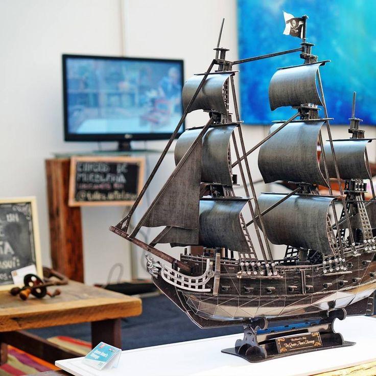 El mítico barco del #pirata #barbanegra #thequeenannesrevenge en el stand taller de @urkudesign #urkudesign dando una segunda vida a las maderas transformándolos en muebles originales. Fotografía tomada en #hogarboulevard por #cubicfunclub #cubicfun