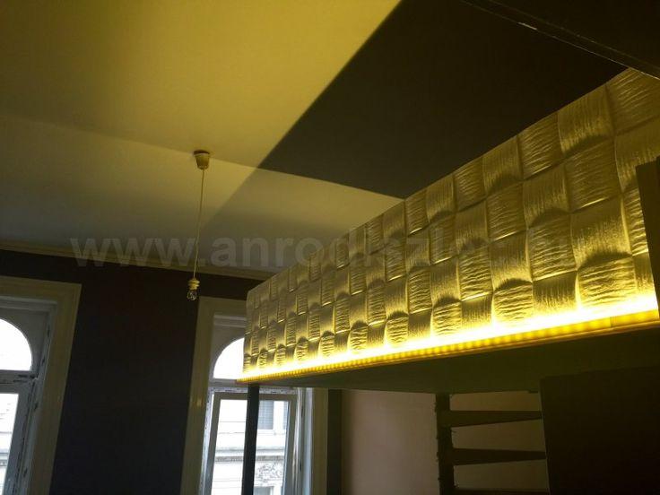 Különleges mennyezet LED szalaggal megvilágított álmennyezeti lapokkal.