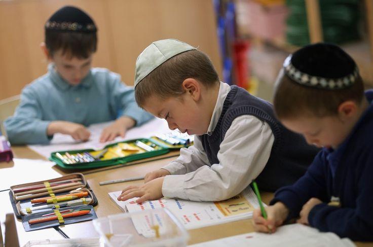 Crianças assistem a uma aula de matemática do primeiro grau na escola judaica tradicional Ou Avner, em Berlim, na Alemanha - http://epoca.globo.com/tempo/fotos/2013/11/fotos-do-dia-8-de-novembro-de-2013.html (Foto: Sean Gallup/Getty Images)