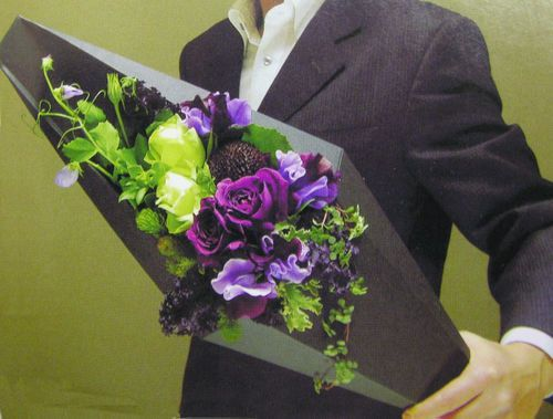 I'm jonesing on this architecturally inspired flower gift box...not to mention the fab combo of purple, lime and black! If I could read Japanese I would ...