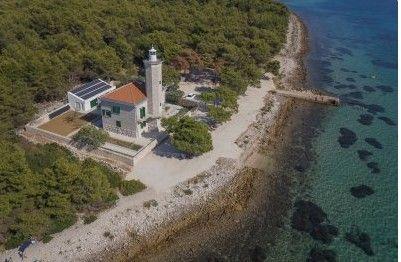 Világítótorony a #Vir szigeten, amely a turisták kedvelt célpontja Horvátországban
