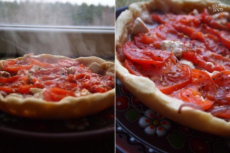 Греческий пирог с тушеным луком, томатами и фетой