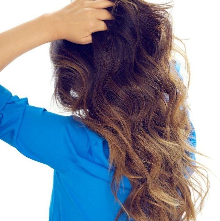 cheveux longs ondulés - base châtaigne et mèches caramel en dégradé