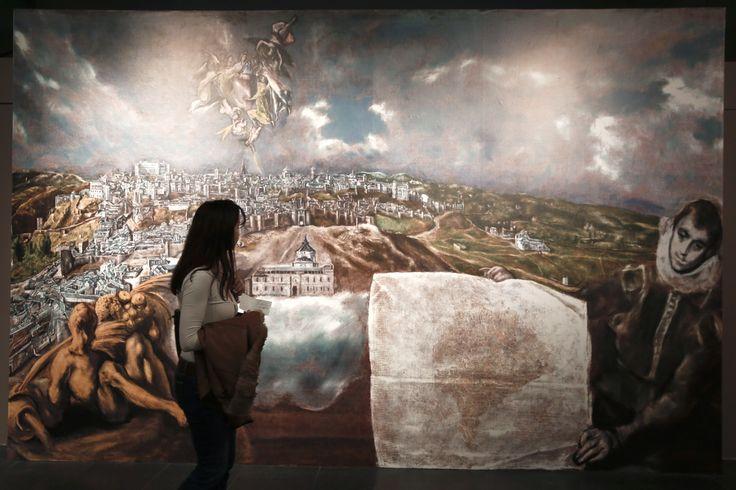 Seorang pengunjung mengamati replika digital lukisan pelukis Yunani El Greco di museum Benaki, Athena.