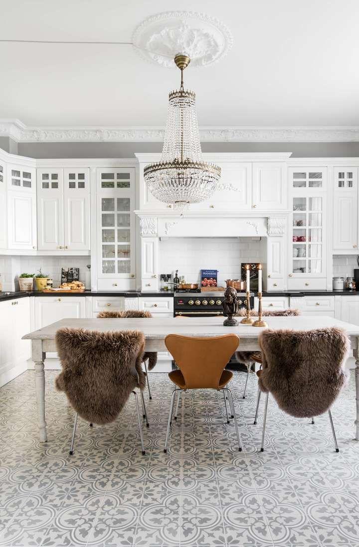 Anne og Thomas valgte å flytte kjøkkenet fra et lite rom til det som tidligere var et soverom ved siden av stuen. Nå har de fått et stort, deilig kjøkken der i stedet, noe som var viktig for dem da de liker å invitere til sosiale sammenkomster. Bordet er kjøpt på auksjon i Danmark, det samme er Arne Jacobsen-stolene. Lysekronen er fra K-Design.